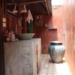 Salle de bain extérieure de la suite