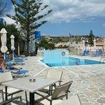 la terrasse, la piscine de l'hôtel