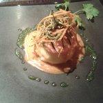 Schiacciata di patate tiepida con gambero rosso, verdure croccanti e bisque di crostacei.