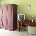 Шкаф с сейфом и кучей плечиков, холодильник, телевизор, чайник, посуда, нож. Во втором нашем ном