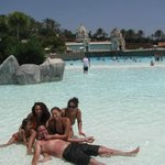 con la familia en la piscina gigante de olas