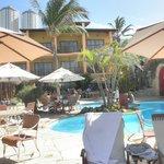 Vista do hotel da área da piscina