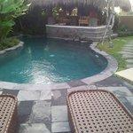 Bungalow avec piscine.