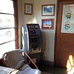 Máquina ATM na recepção do hostel