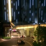 ホテルエントランス(正面はメルキュール・右側ibis)