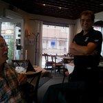Hyggelige Dimitrios fra Kreta slår av en prat med oss