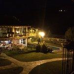 Vista nocturna de edificio de barbacoa con habitaciones