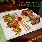 Thon en croûte de sésame et wok de légumes