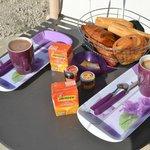 Petit dejeuner en terrasse au soleil