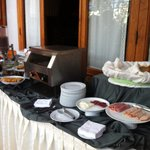 El buffet a las 09:15 am jamon, restos de salame y queso fresco. Un par de dulces, yogurt, cerea