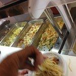 Les plats ne sont pas chaud, heureusement il y a un micro ondes pour 200 personnes!!!
