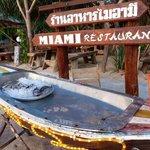 Le soir restaurant sur la plage