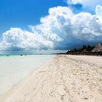 Vue de la plage face au resort