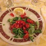 Cotoletta nascosta da insalata