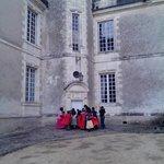 visite des enfants chateau gizeux en costumes de princes, princesses, chevaliers, fée