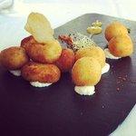 Restaurante Parador: Croquetas de bacalao y jamón sobre crema de queso semicurado
