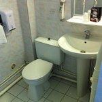 La salle de bain un peu vieillotte