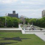 原爆ドームを望む、広島平和公園です。