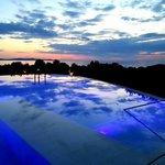 Piscina esterna al tramonto