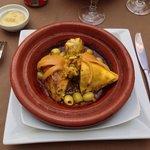 Tajine de poulet aux citrons confits et olives, un régal.