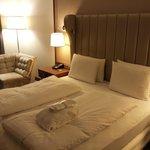 Die großartige gepolsterte Rückwand des gemütlichen Bettes.