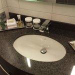 Waschbecken im Badezimmer mit Hygieneartikeln.