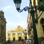 calle lateral a la Plaza de Armas de Lima