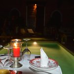 Patio piscine de nuit (repas)
