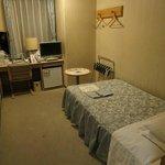 ベッドは狭いが、大きいカバンを広げれるスペースあり