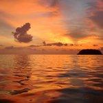 夕日が沈んでから空が赤くなるので最後まで眺めましょう