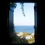 окно номера с видом на море