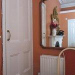 Porta della cabina armadio con riflesso nello specchio del camino