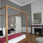 chambre très spacieuse décorée avec goût