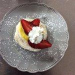 Pavlova: meringata dolce con crema al cioccolato bianco, fragole e panna.