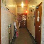 Couloir accès laverie à droite et chambres mixtes + terrasse