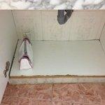 Estante bajo lavabo deteriorado