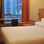Kamar yang simple tapi sangat bersih dan nyaman. Ditambah dengan suasan yg tenang..