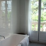 Room 414 - Bath & balcony