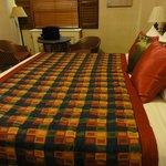 キングベッド。ベッドが高さがかなりあります。