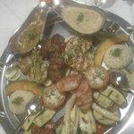 Moserhofplatte per due persone (maiale, tacchino e vitello alla griglia, verdure grigliate e ris