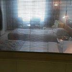 вид из ванной через жалюзи в номер