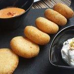 Arepas con 2 salsas (romescubde maní y queso y lima)