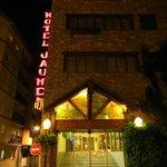 Entrada al Hotel de noche
