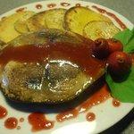 Atún azul con calabaza a la plancha y salsa de Arazá.