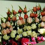 El hotel está lleno de arreglos florales con rosas frescas