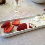 Fresas con nata, ya había empezado a comer...jajaja.