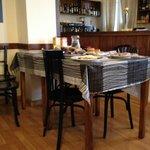 Mesa desayunos, donde están los productos para servirse