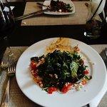 Ensalada Mediterránea!! Excelente opción, un sabor muy diferente con las aceitunas carbonizadas.