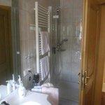 Ein sehr modernes und gepflegtes Bad