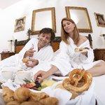 Zimmerfrühstück im Hotel in Bad Tölz für einen Romantikurlaub in Bayern